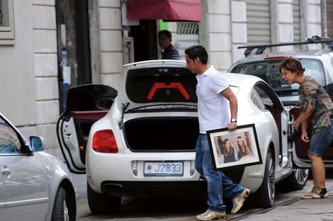 Fabrizio Corona e la sua Bentley targata estero