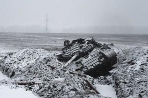 Un carro armato ucraino distrutto, fotografato il 9 febbraio 2015, 6 km a sud di Debaltseve.