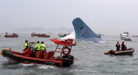 Sud Corea, I soccorsi attorno al traghetto inabissato